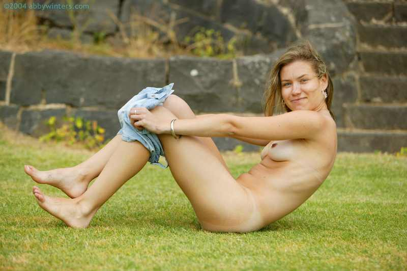 Aussie girl Fleur spreads outdoors