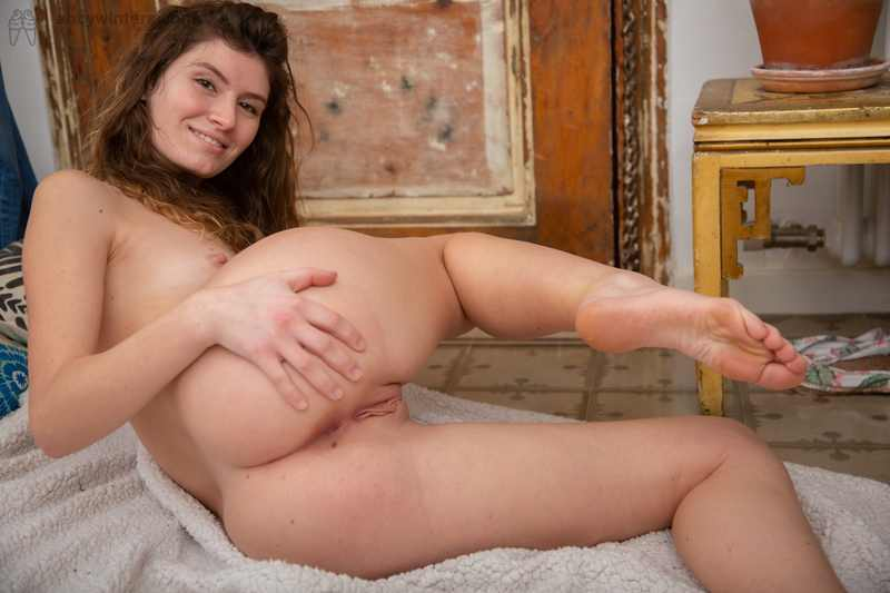 First timer Candice fingers her pussy